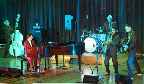 Societat Musical La Unió Filharmònica d´Amposta > Arxiu de notícies > L´auditori de la Fila s´omple de rock´n´ roll dels anys 50 i 60 en un tribut a Jerry Lee Lewis.