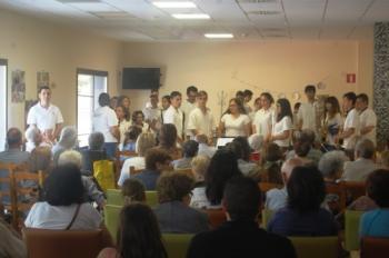 La Banda de l´Escola ofereix una petita actuació als residents de l´Onada de Tortosa